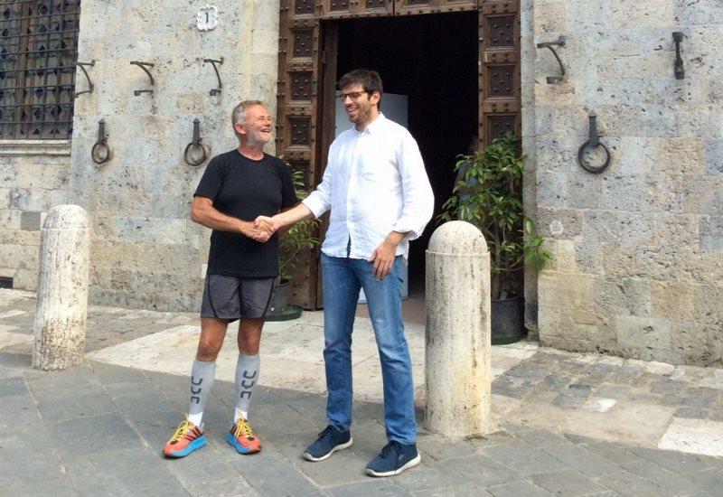 Gianpaolo Fattori, uno dei tedofori delle Olimpiadi 2018 ricevuto dal vicesindaco Corsi
