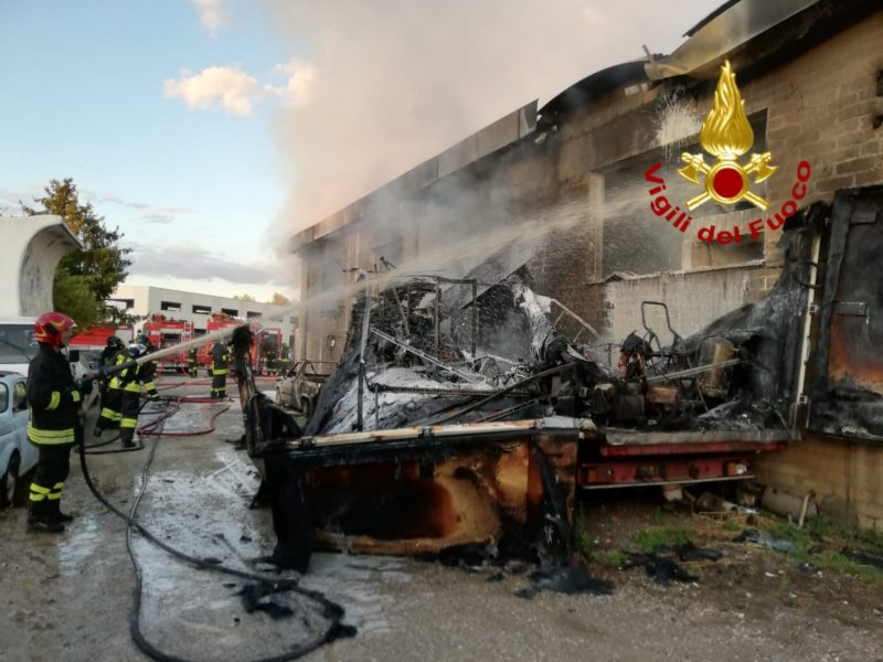 Incendio divora capannone, distrutte auto e furgone