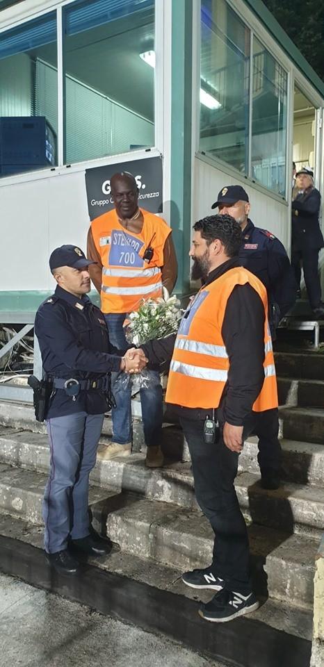 Tragedia di Trieste, gli stewards del Rastrello donano un mazzo di fiori ai poliziotti