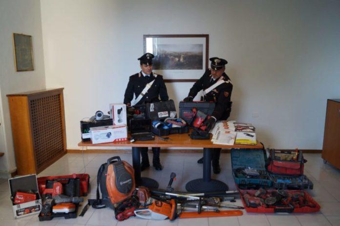 Trasportano oggetti da scasso rubati: arrestati dopo un inseguimento