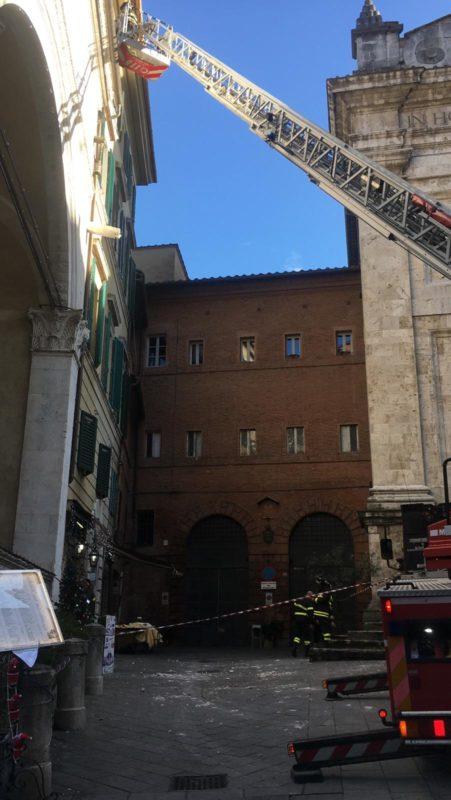 Cade il sottogronda da un palazzo del centro storico, intervengono i vigili del fuoco