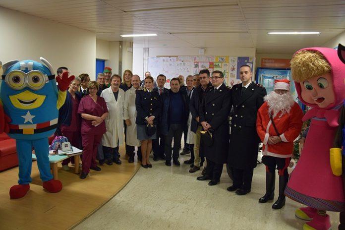 Natale alle Scotte, Polizia e Carabinieri portano i doni ai piccoli pazienti