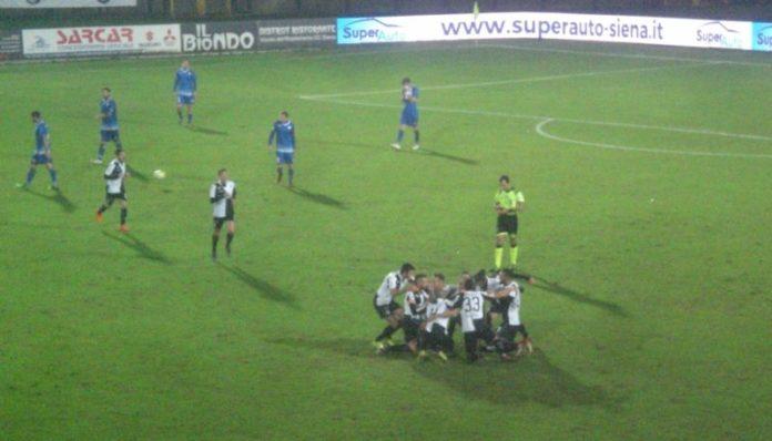 Un cerchio di esultanza: il Siena vince con gol di D'Auria e tanta sostanza