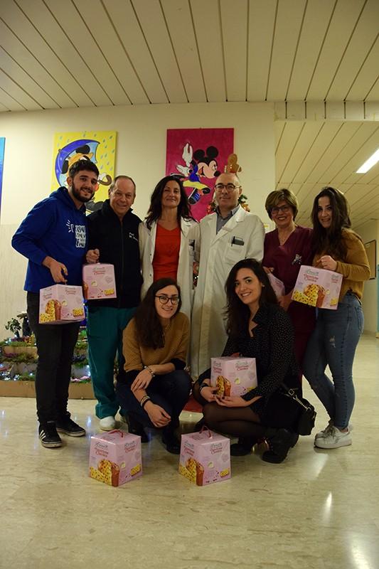 Studenti Erasmus Siena donano panettoni al Dipartimento della Donna e dei Bambini delle Scotte