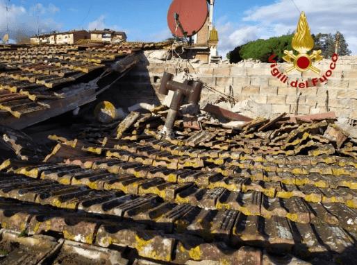 Crolla il tetto di una casa, evacuata una coppia