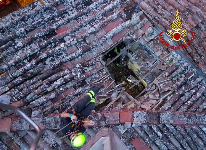 Crolla il tetto di una casa, vigili del fuoco in azione