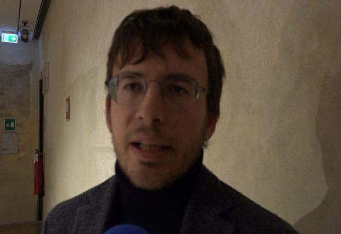 """Fusaro: """"Sala gremita, Siena ama la cultura. Prima di criticare lo spettacolo andrebbe visto""""."""