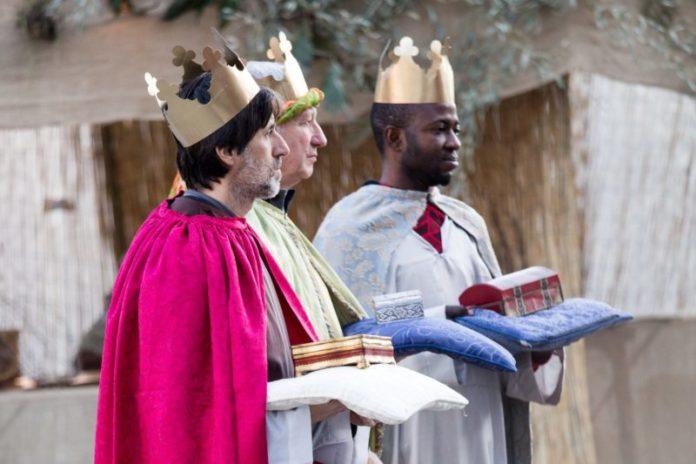 """Visita dell'Arcivescovo al presepe vivente: """"esempio di collaborazione e dedizione"""""""
