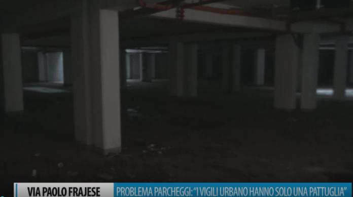Via Frajese, polemica dei cittadini: parcheggio abbandonato, segnaletica e caos sosta