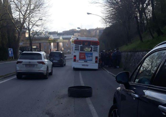 """Bus in viale Bracci, interviene Tiemme: """"Battistrada pneumatico forato da due chiodi"""""""