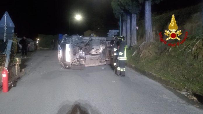 Auto si ribalta, intervengono vigili del fuoco e polizia