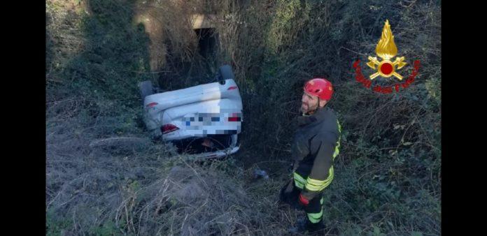 Auto ribaltata nel fosso, intervento di vigili del fuoco e carabinieri