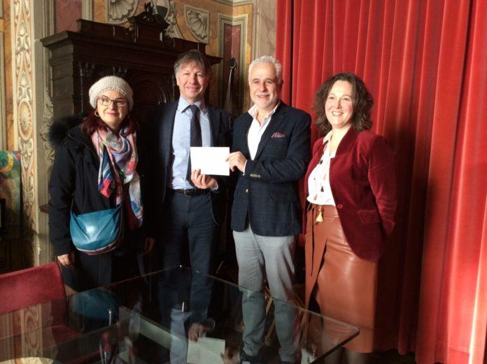 Il sindaco riceve un contributo di 3000 euro dai cittadini per coprire la spesa dello spettacolo di Fusaro