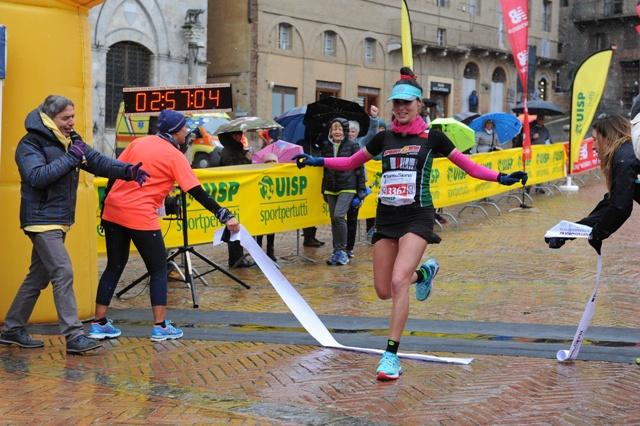 7^ Terre di Siena Ultramarathon, la festa dei 1.300 all'arrivo in Piazza del Campo