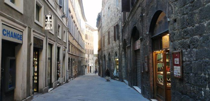 Siena dopo il decreto del Governo: strade semi deserte e molti negozi chiusi