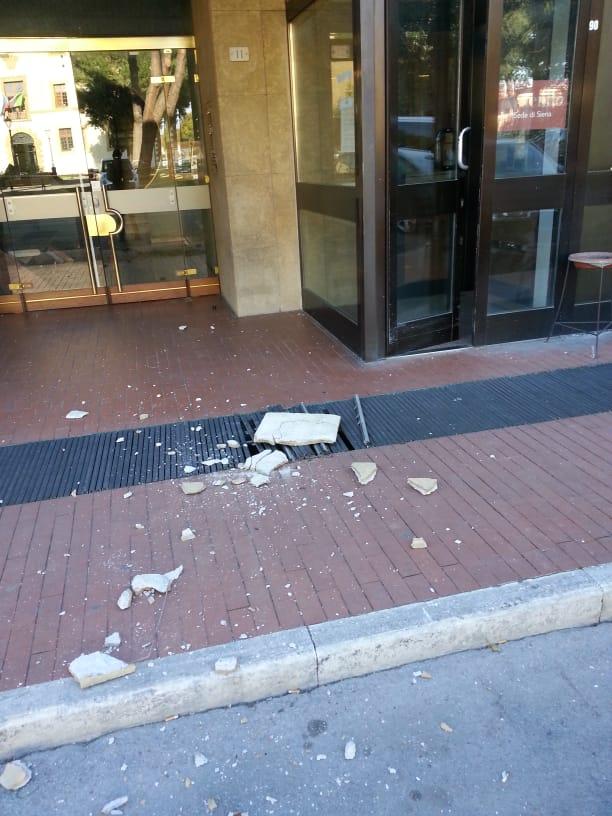 Pezzo di cemento si stacca dalla sede di Fruendo/Mps in Piazza Amendola, tragedia sfiorata