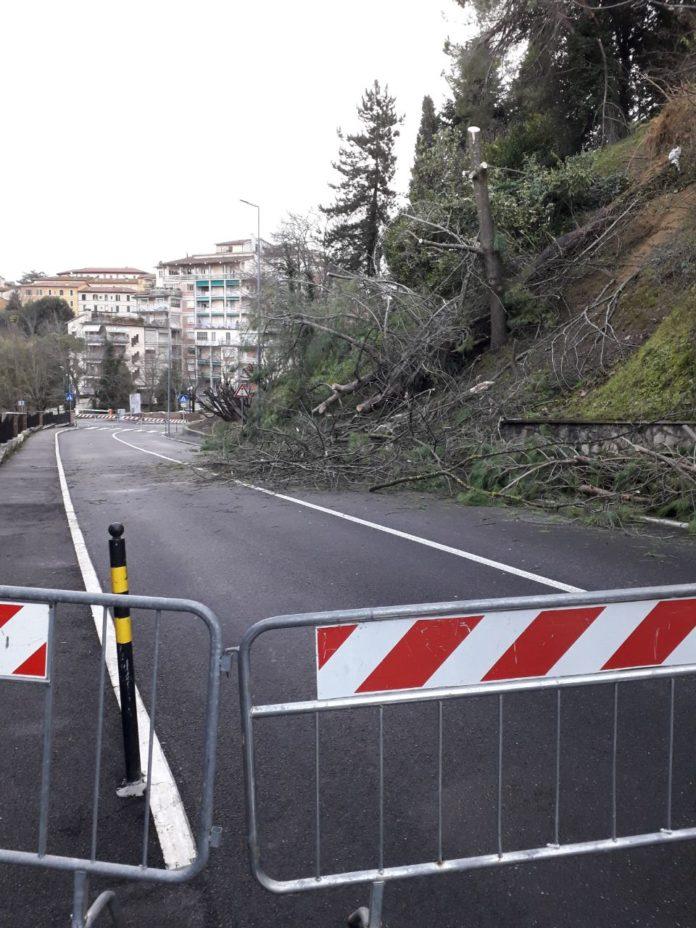 Via Cesare Battisti, strada riaperta dopo la frana