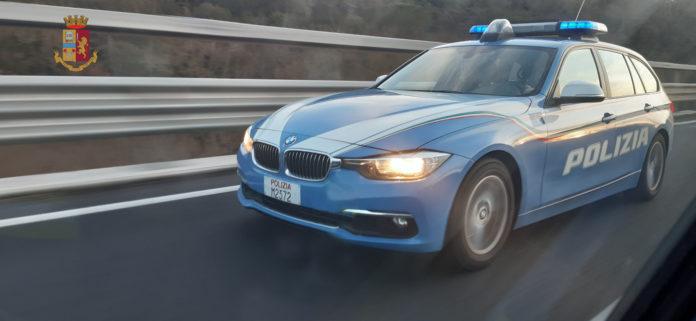 La polizia stradale ha scoperto e multato un 45enne intestatario di 300 veicoli