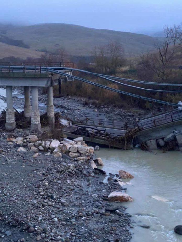 Cassia, crolla il viadotto sul fiume Paglia