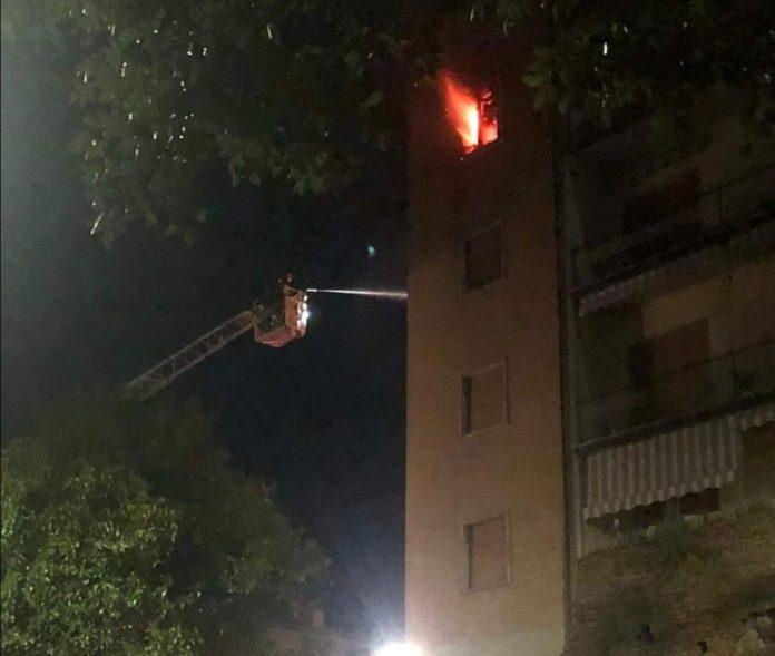 Incendio in piazza 3 luglio, tre famiglie evacuate