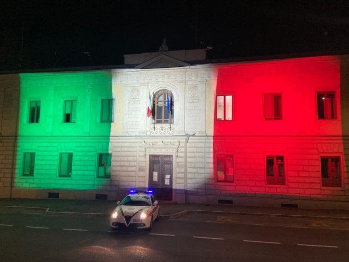 Il tricolore proiettato sulla caserma della Polizia Municipale