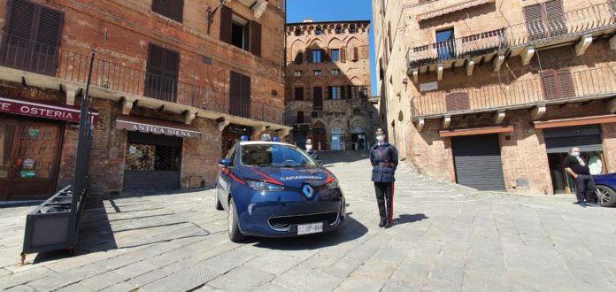Donna picchiata dal marito si nasconde in auto, intervento dei carabinieri