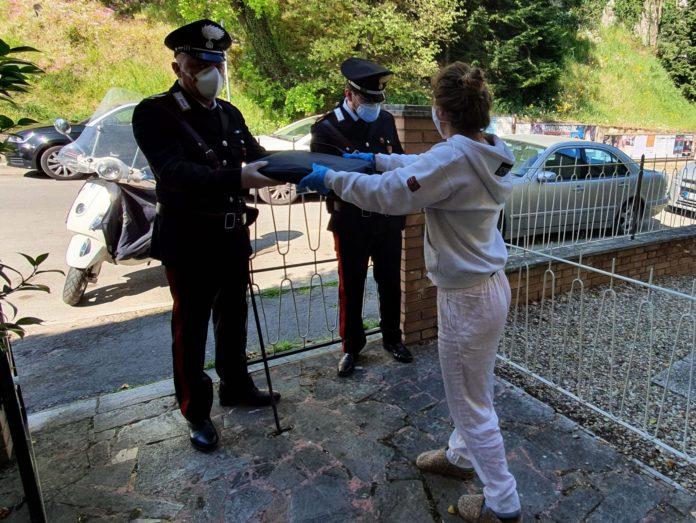 Didattica online, i carabinieri distribuiscono i pc agli studenti di Siena e provincia