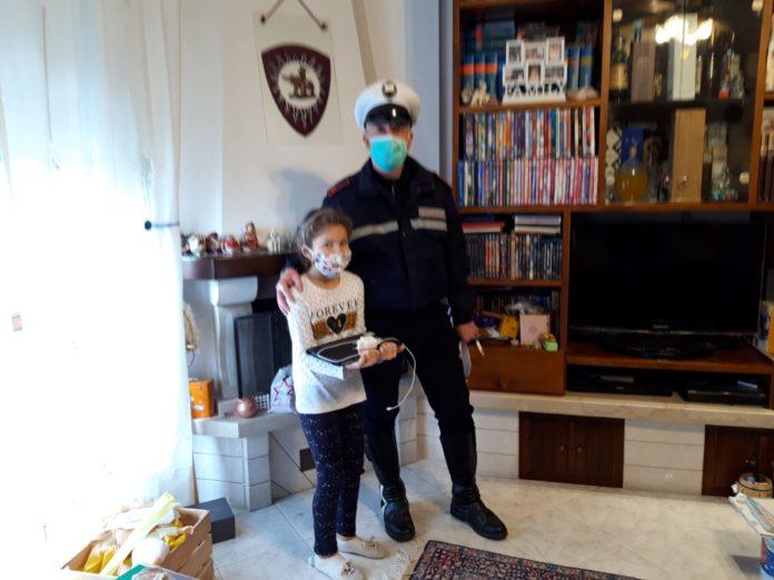 La Polizia Municipale consegna i pc ai ragazzi della Cecco Angiolieri