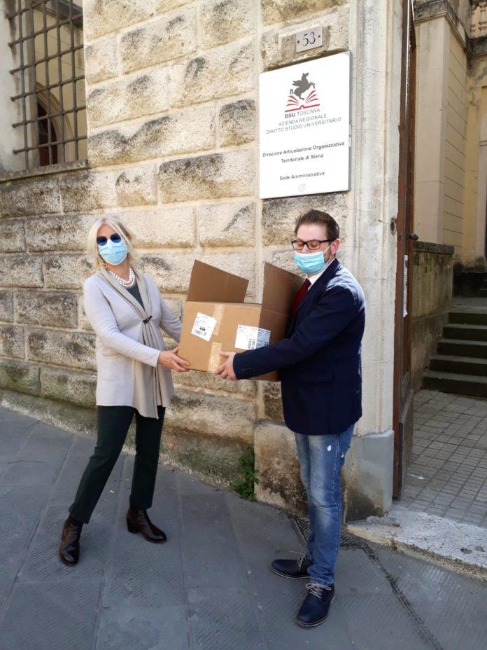 L'assessore Monica Barni consegna le mascherine destinate agli studenti fuori sede