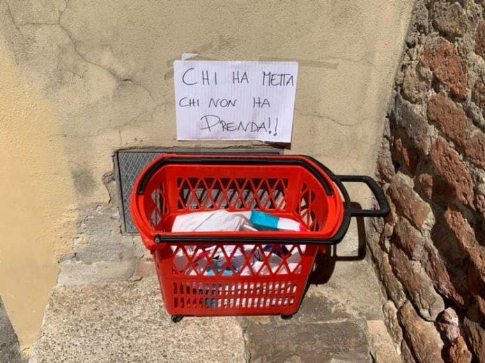 """""""Chi ha metta, chi non ha prenda"""": in Fontebranda un cestino con i beni di prima necessità"""