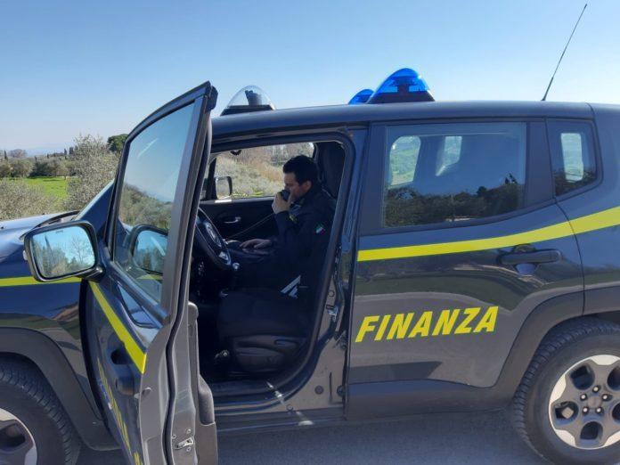 Tre giovani viaggiano in auto senza motivo, sanzionati dalla Guardia di Finanza