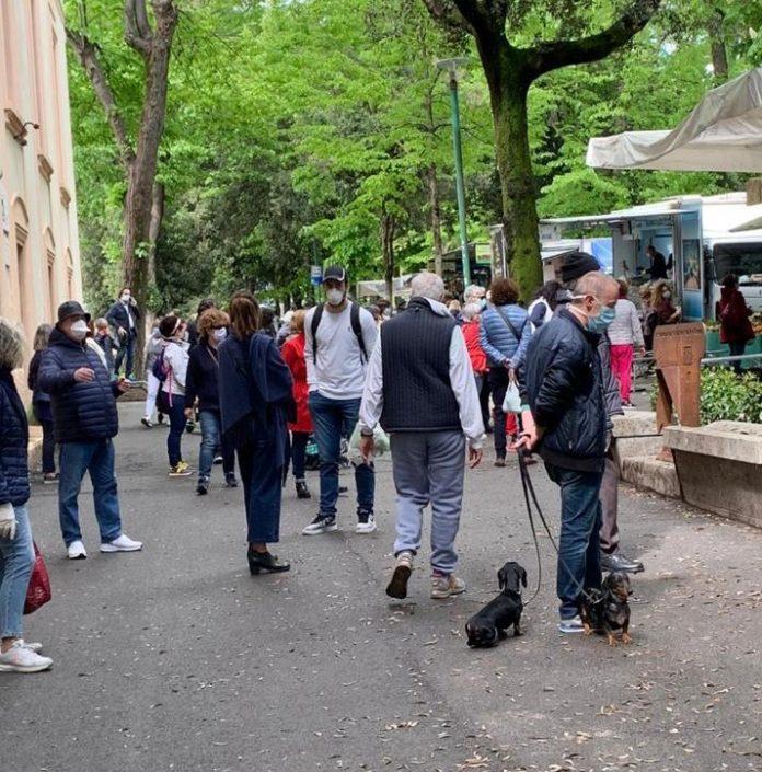 Mercato settimanale a Siena: centinaia di persone e nessun rispetto delle distanze