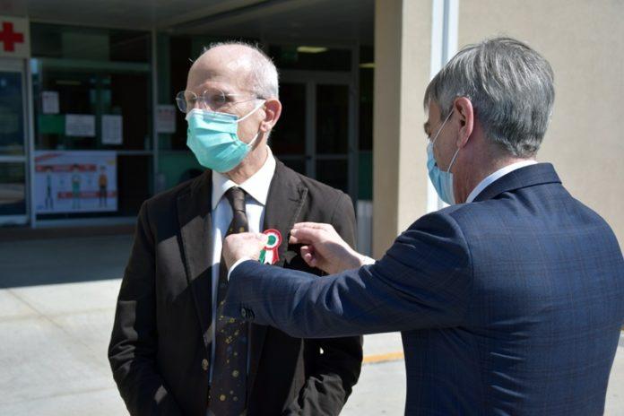 Il prefetto di Siena in visita alle Scotte dona a Giovannini la coccarda tricolore