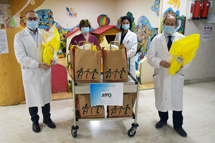 L'AVO dona le uova pasquali di SienAil ai piccoli pazienti di Pediatria