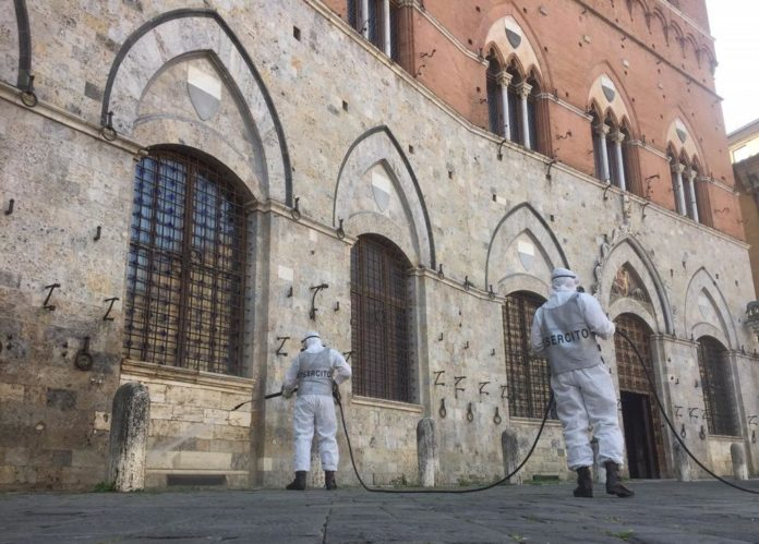 """I paracadutisti del 186° reggimento """"Folgore"""" igienizzano il Palazzo Comunale di Siena"""
