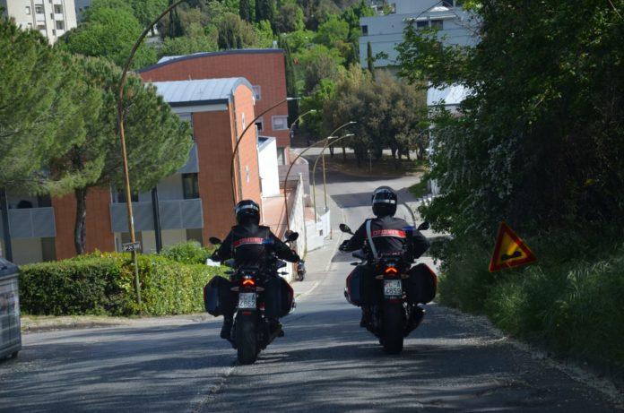 I carabinieri pizzicano tre ventenni in possesso di marijuana, scatta la denuncia