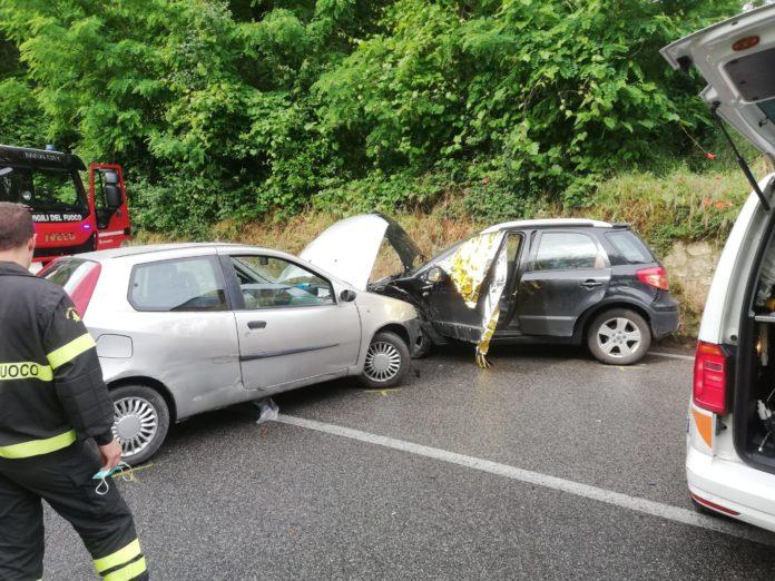 Scontro tra auto in via Peruzzi, tre feriti