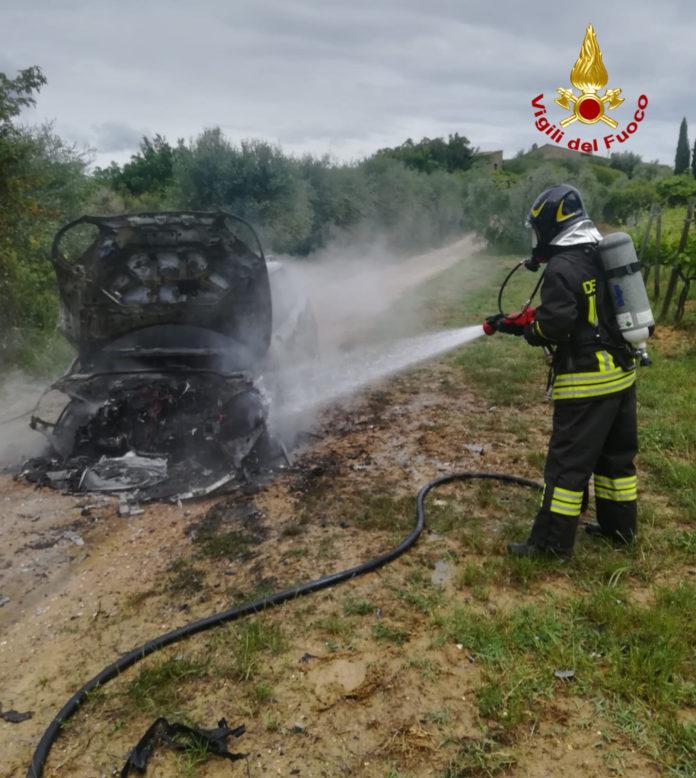 Auto a fuoco, intervento dei vigili del fuoco