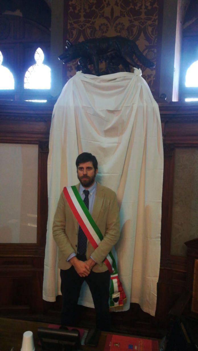 Anniversario strage di Capaci, lenzuolo bianco esposto da Palazzo Pubblico e minuto di silenzio