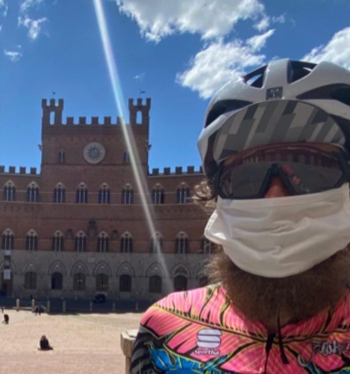 Jovanotti da Cortona a Piazza del Campo in bicicletta