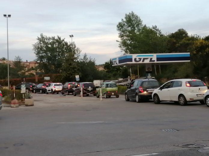 Fase 2, riapre il Mc Donald: lunga fila di auto blocca via Fiorentina