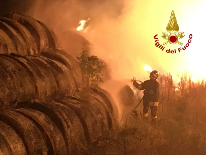 Monticiano, oltre mille rotoballe in fiamme