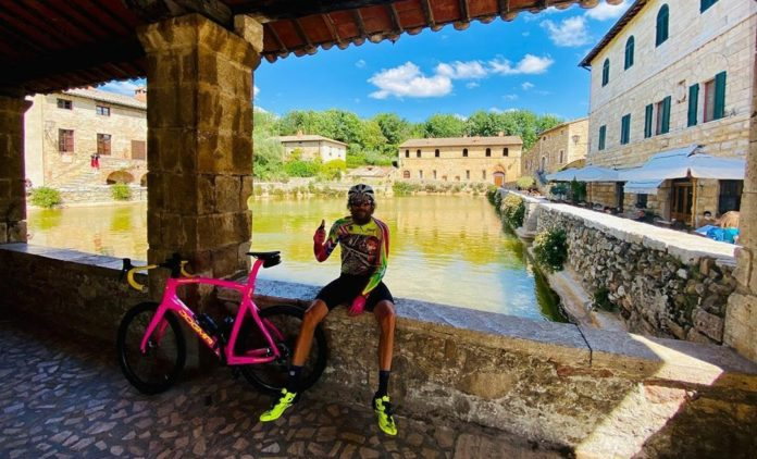 Continua il tour in bici di Jovanotti nel senese: tappa a Bagno Vignoni