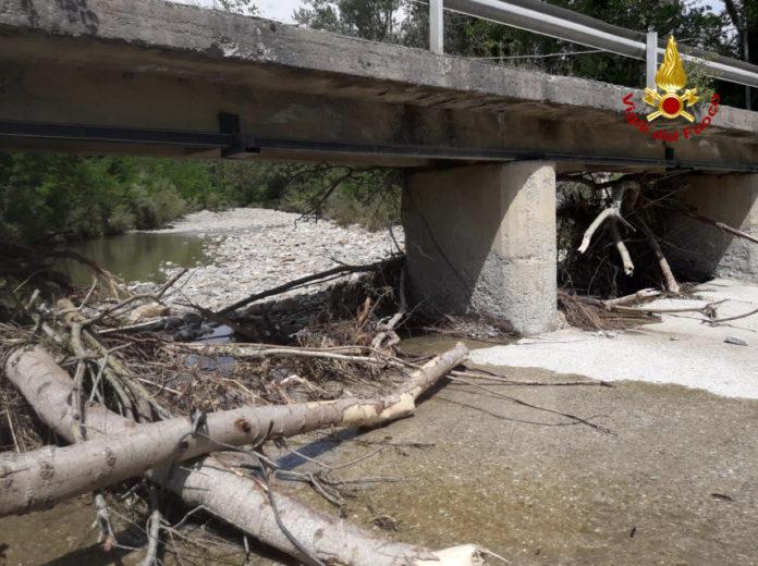 Vigili del fuoco, verifiche sulla stabilità del ponte sul torrente Senna