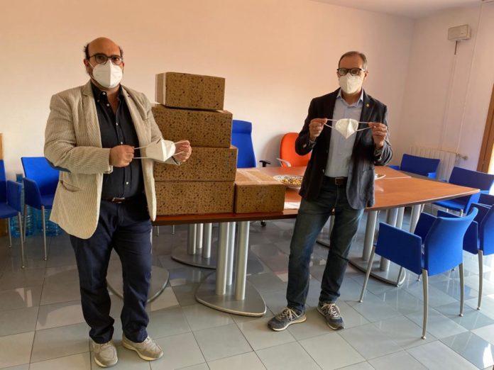 L'abbraccio delle contrade ai medici di Siena: la Chiocciola dona 2mila mascherine all'Ordine senese