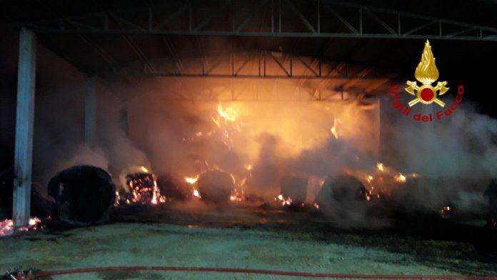 Piromane dà fuoco alle rotoballe di un capanno, i carabinieri lo incastrano con le telecamere