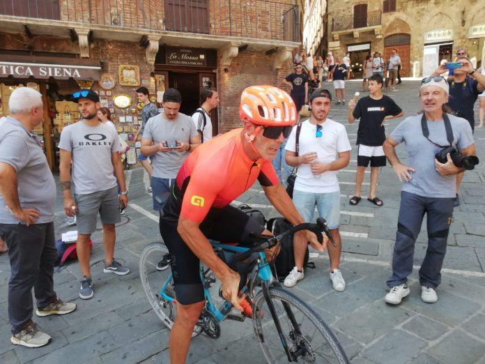 Il ciclista Mario Cipollini in Piazza del Campo per uno spot pubblicitario