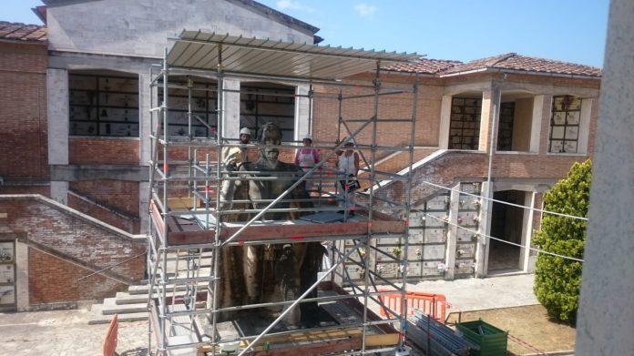 Scuola edile Siena: Cimitero Misericordia, il cantiere scuola per decoratori restaura la statua del Cristo Re
