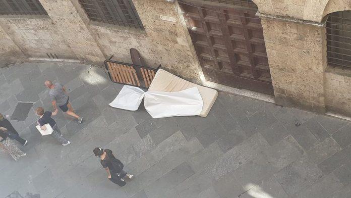 Rete del letto e materasso abbandonati abusivamente in Via di Città