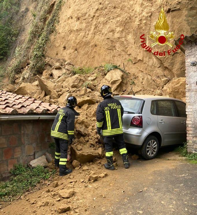 Frana a Siena in Fontebranda intervengono i vigili del fuoco